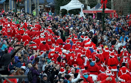 Crowds lined up for the Race of the Santas!